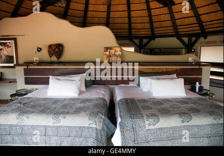 Luxus Chalet Schlafzimmer Mit Landschaftsansichten Okonjima Bush Camp In  Namibia   Stockfoto