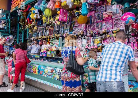 Spielzeug auf dem Display als Preise bei Hook-a-Ente / Duck Pond Spiel, traditionellen Festplatz stall Spiel Reisen - Stockfoto