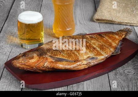 Heiß geräucherter Fisch und Bier - Stockfoto