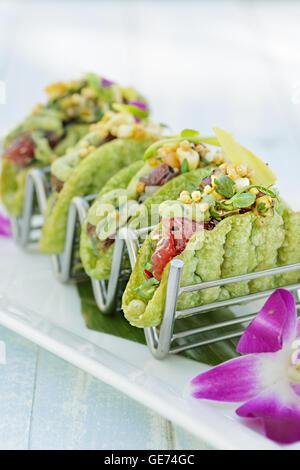 Ahi Poke Tacos mit Avocado-Mousse, Insel Salsa, Bubu Arare in einer Mini-shell - Stockfoto
