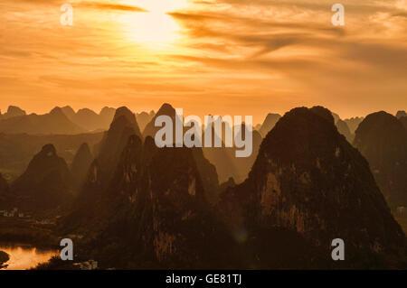 Blick auf den Sonnenuntergang vom Laozhai Shan Berg, Xingping, Guangxi autonome Region, China - Stockfoto