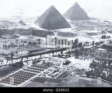 Vintage Foto, Camp Huckstep und die großen Pyramiden, Ägypten, Zweiter Weltkrieg, 1944 - Stockfoto