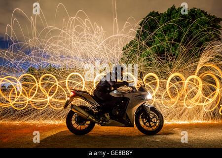 CBR500 Honda Motorrad Porträt beleuchtet mit Stahlwolle brennen / lange Exposition - Stockfoto