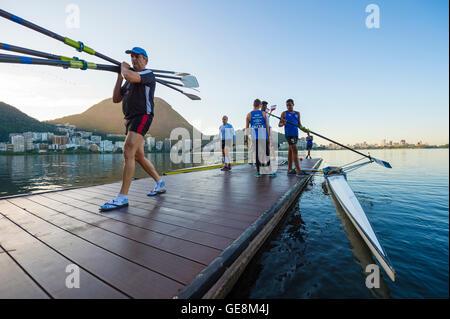 RIO DE JANEIRO - 1. April 2016: Brasilianische Ruderer bereiten ihre Boote zum Rudern Praxis auf ein Dock am Lagoa - Stockfoto
