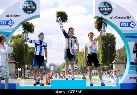 (links nach rechts) Lotta Lepistö den zweiten Platz, Sieger Chloe Hosking und dritten Platz Marianne Vos feiern auf dem Podium nach La Course von Le Tour de France in Paris, Frankreich.