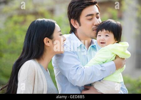 Glückliche junge chinesische Familie - Stockfoto