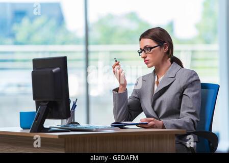 Geschäftsfrau für lange Stunden im Büro zu bleiben - Stockfoto