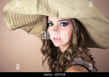 Schöne junge Frau, die große Sonne Hut - Stockfoto