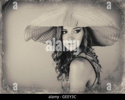 Schwarz / weiß Bild der schönen jungen Frau, die mit großen Sonnenhut - Stockfoto