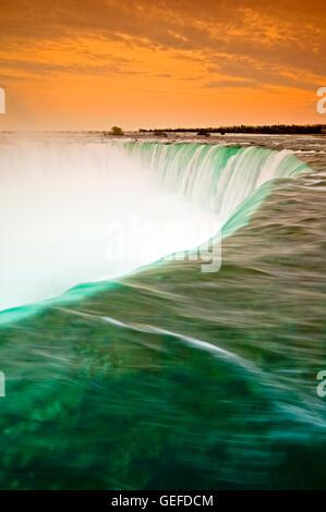 Geographie / Reisen, Kanada, Ontario, Niagara Fluss fällt in den Horseshoe-Wasserfall bei einem dunstigen Sonnenuntergang, - Stockfoto