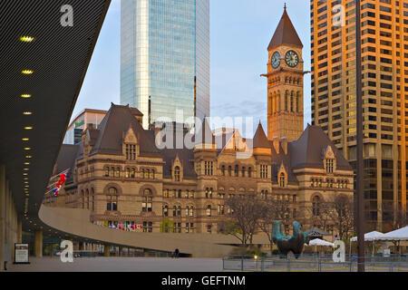 Geographie, Reisen, alte Rathaus gesehen von außen New City Hall am Nathan Phillips Square, Toronto, Ontario, Kanada - Stockfoto