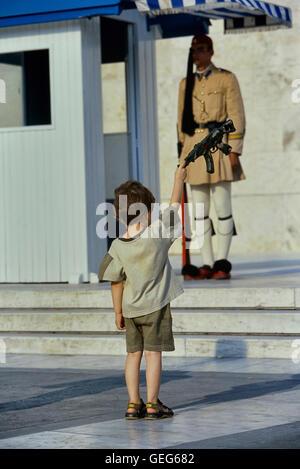 Evzone bewachen das Grab des unbekannten Soldaten in Athen von einem kleinen Jungen kopiert wird. Griechenland. - Stockfoto
