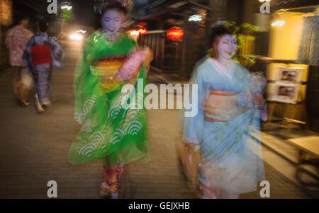 """Geisha und """"Maiko"""" (Lehrling Geisha). In Geisha des Gebietes von Gion.Kyoto. Kansai, Japan. - Stockfoto"""