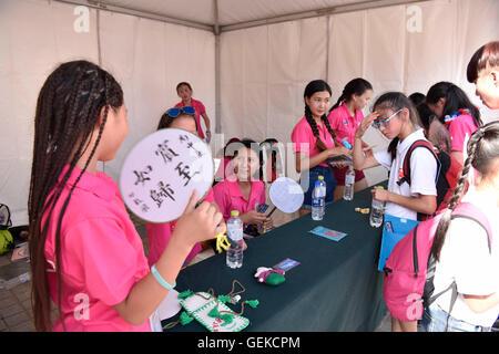 Peking, China. 27. Juli 2016. Chinesische und ausländische Jugendliche kommunizieren miteinander, während die 7. - Stockfoto