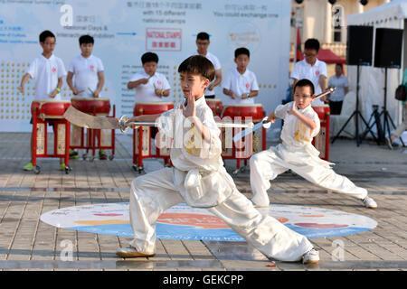 Peking, China. 27. Juli 2016. Chinesische Jugendliche führen Martial Arts während der 7. Soong Ching Ling International - Stockfoto