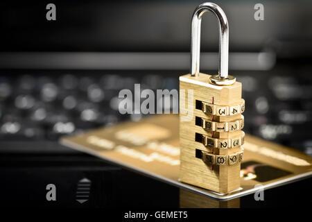 Datensicherheitskonzept mit Vorhängeschloss auf Laptop-Computer-Tastatur und Kreditkarte