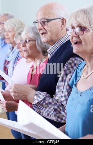 Gruppe von Senioren gemeinsam im Chor singen - Stockfoto