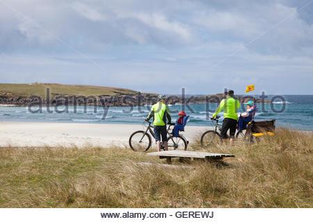 Eine Familie genießen Sie einen Tag nach dem Radfahren, North Uist, äußeren Hebriden, Schottland auf Hosta Strand - Stockfoto