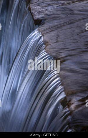 Ein kleiner Wasserfall auf dem Fluss Lin in Bradgate Park in Leicestershire. - Stockfoto