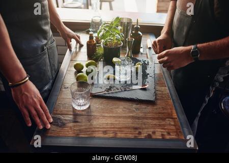Nahaufnahme Bild von zwei männlichen Barmer neue Cocktails-Rezept vorbereiten. Barkeeper stehend mit Zubehör und - Stockfoto