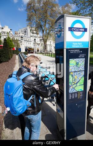 Mann mit Barclays London Zyklus Punkt in Green Park. - Stockfoto