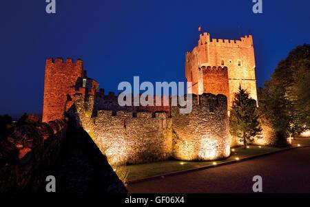 Portugal, Tras-os-Montes: Nächtlicher Blick auf die mittelalterliche Burg von Braganca - Stockfoto