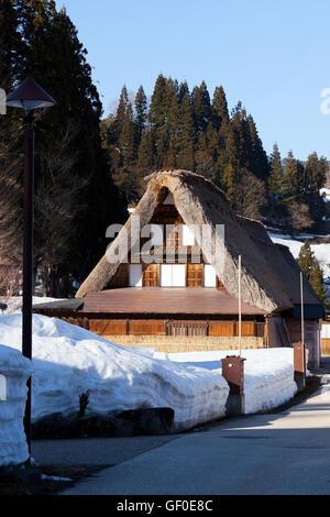 Tatched-Dach-Haus im Winter, Shirakawago, Japan - Stockfoto