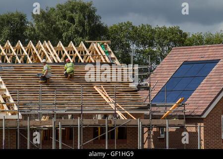 Dachdecker, Arbeiter auf neue Häuser bauen, mit Dächern kurz vor der Vollendung im Buckshaw Village, in der Nähe - Stockfoto