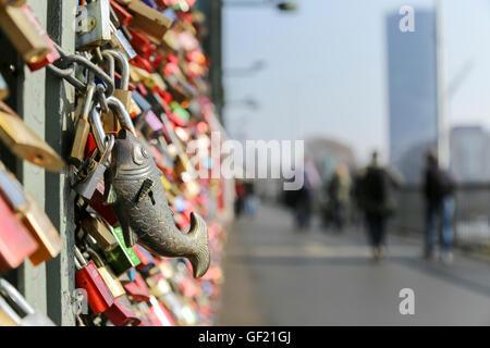 Liebesschlösser auf Hohenzollernbrücke, Köln - Stockfoto