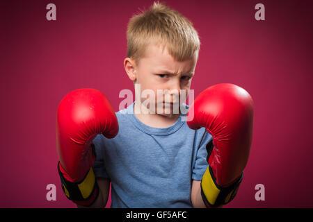 Kleiner Junge tragen rote Boxhandschuhe - Stockfoto
