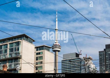 Toronto, Kanada - Juni 2016. Blick auf den CN Tower mit Strassenbahn Kabel. - Stockfoto