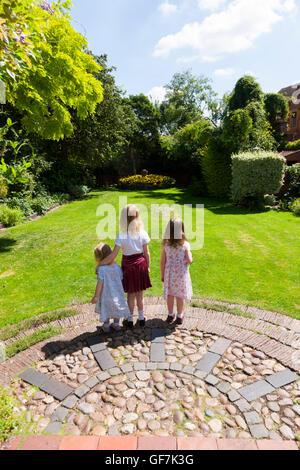 Greyfriars Haus und Garten mit 3 Kinder / kids / Zicklein zu laufen & spielen auf der Wiese im Garten Rasen. Mönch - Stockfoto