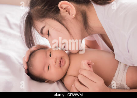 Glückliche Mutter Holding entzückenden Kind Baby boy - Stockfoto