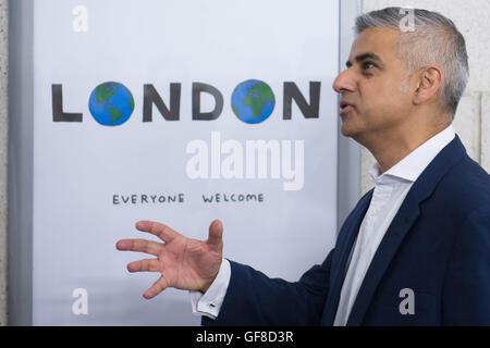 Londoner Bürgermeister Sadiq Khan präsentiert ein neues Poster von Künstler David Shrigley Southwark u-Bahnstation - Stockfoto