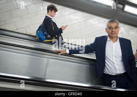 Londoner Bürgermeister Sadiq Khan an der Southwark U-Bahn Station nach Enthüllung des Künstlers David Shrigley ist - Stockfoto
