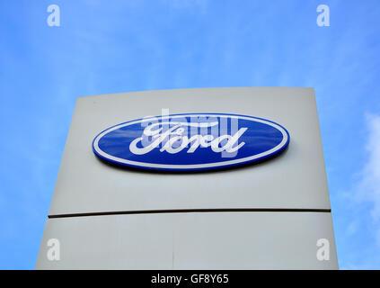 Moskau, Russland - 10. Oktober 2015: Logo von Ford Corporation am 10. Oktober 2015. Ford ist ein amerikanischer - Stockfoto