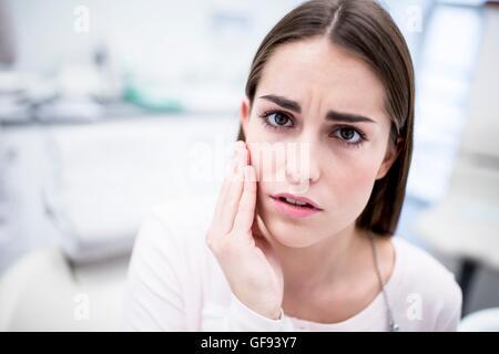 -MODELL VERÖFFENTLICHT. Junge Frau leidet Zahnschmerzen, Porträt. - Stockfoto