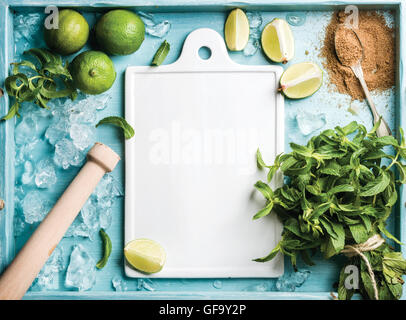 Zutaten für die Herstellung von Mojito Sommer cocktail: abgebrochene Eis, Minze, brauner Zucker und Kalk auf türkis - Stockfoto