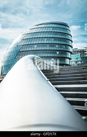 Am frühen Morgen Pendler zu Fuß entlang der Queen Spaziergang in SE London auf dem Weg zur Arbeit. - Stockfoto