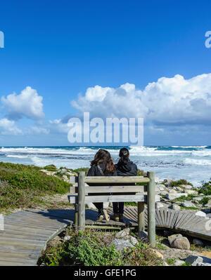 Blick auf den Ozean in der Nähe von Slangkop Leuchtturm, Kommetjie, Frauen in der Nähe von Cape Town, Südafrika. - Stockfoto