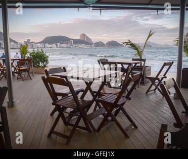 Ein Tisch mit Blick auf den Strand von Copacabana in Rio de Janeiro - Stockfoto