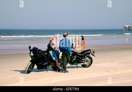 Junge Männer und Frauen und Motorräder Motorräder promenierenden in Daytona Beach, Florida, USA - Stockfoto