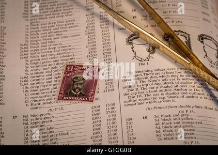 Briefmarken sammeln als Zeitvertreib mit seltenen und teuren Marken und hohe Katalogwerte. - Stockfoto