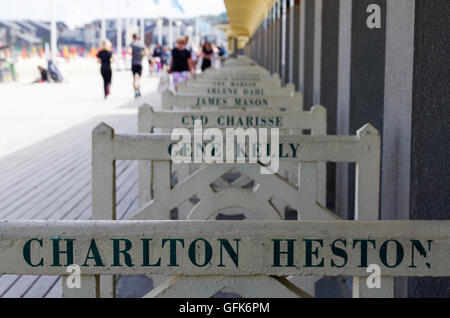 Berühmten Küstenpromenade von Les Planches in Deauville mit einem lokalen Spaziergang von Ruhm, mit Namen von berühmten - Stockfoto