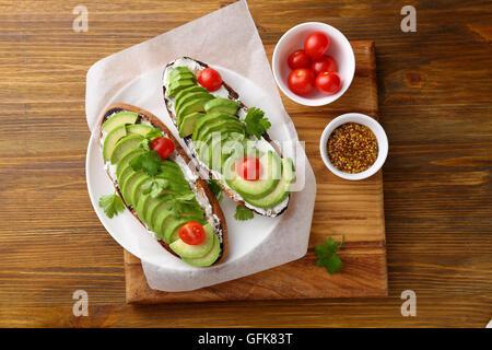 Frische Avocado-Sandwiches auf Platte. Essen-Draufsicht - Stockfoto