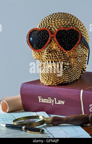 Konzept des Lächelns gold Schädel trägt Herz geformt Sonnenbrille auf Familienrecht Buch mit verschiedenen offiziellen - Stockfoto