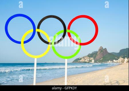 RIO DE JANEIRO - 27. März 2016: Olympische Ringe Standi am Strand von Ipanema Strand für die Sommerspiele. - Stockfoto