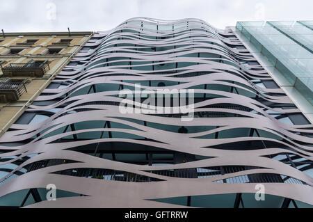 Fassade des Suites Avenue vom Architekten Toyo Ito am Passeig de Gràcia, Barcelona, Spanien. - Stockfoto