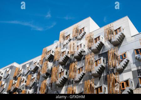 Architektonische Details von Windows auf Fassade auf schottische Parlamentsgebäude in Edinburgh, Schottland, Vereinigtes - Stockfoto