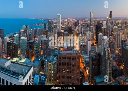 Stadt von Chicago. Luftaufnahme von Chicago downtown in der Dämmerung von hoch oben. - Stockfoto